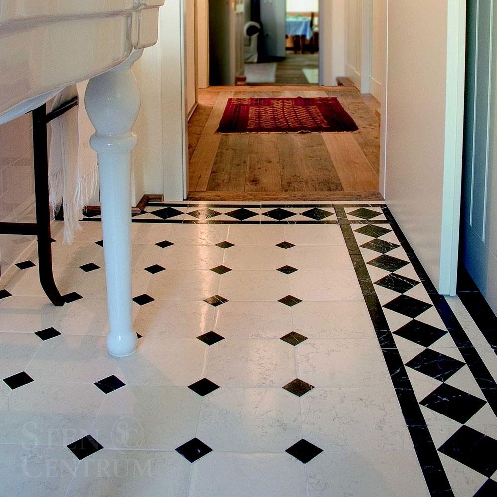 Marmorgolv med tossetter och fris med diagonallagda plattor