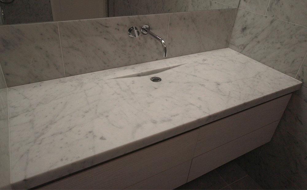 marmorbänk i specialdesign i badrum