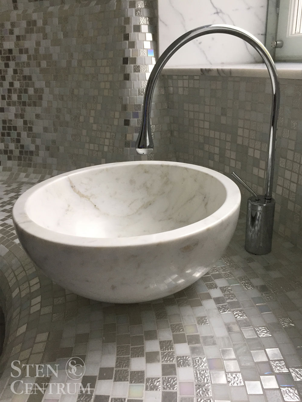 Vask i carraramarmor och vit bisazzamosaik