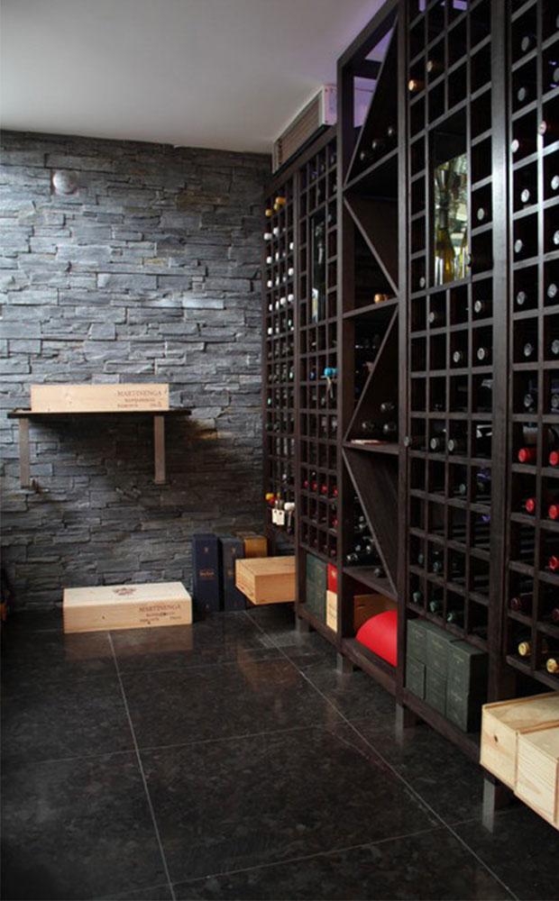 vinkällare med grov natursten på vägg och slipade granitplattor på golv