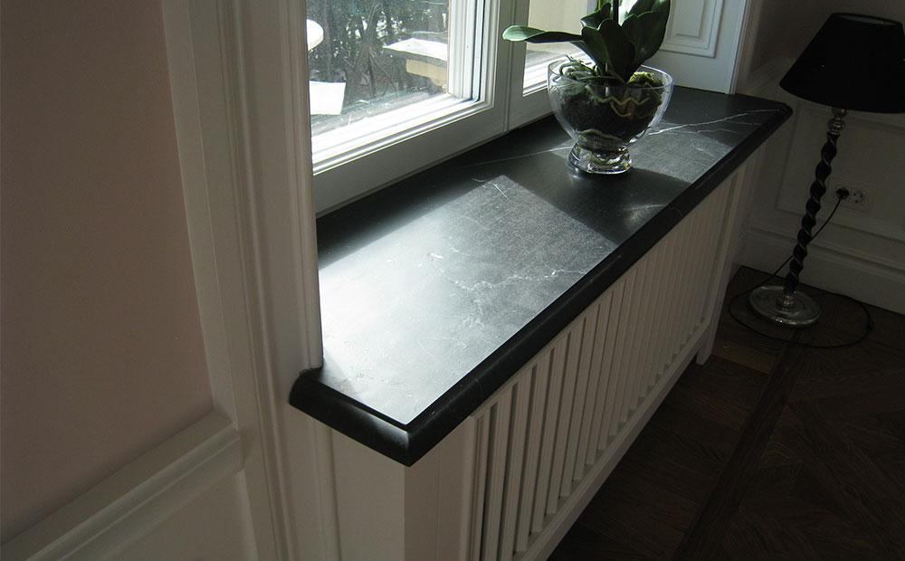 Fönsterbänk med profilkant av svart marmor med vita ådror