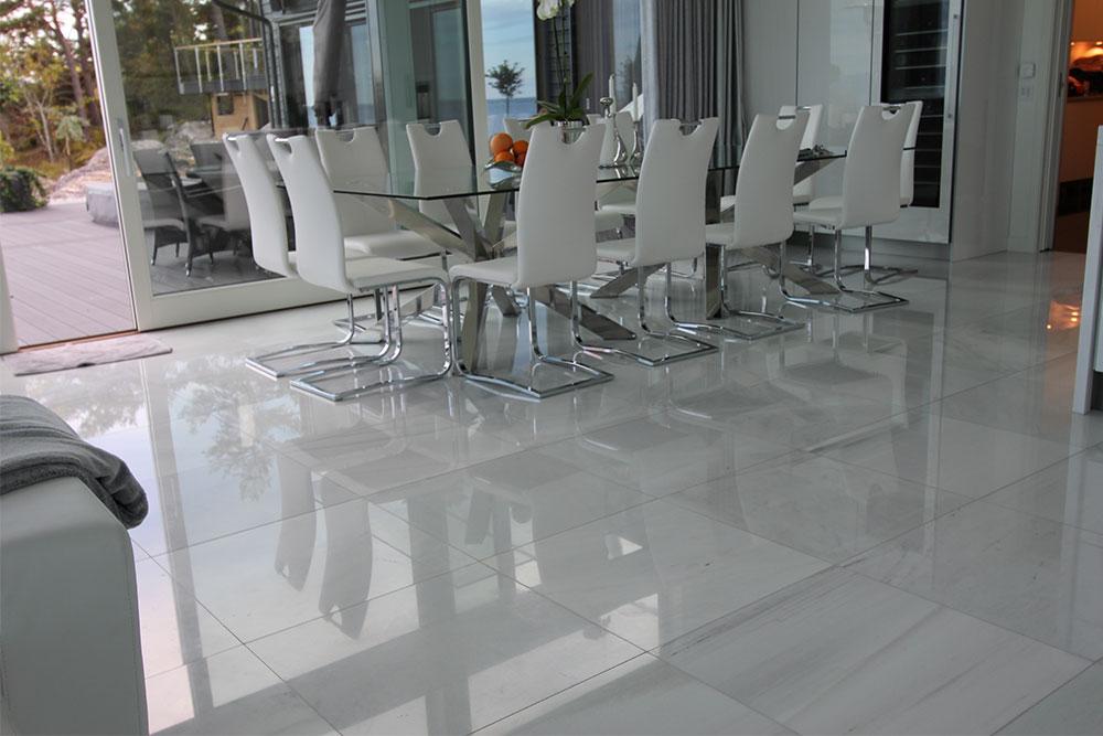 Vitt marmorgolv i matrumsdel