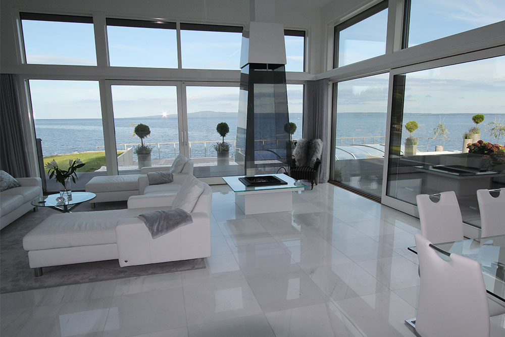 Vitt blankt marmorgolv i vardagsrum