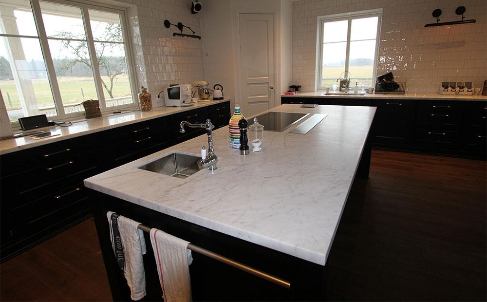 Köksö i Bianco Carrara med inmonterad vask, häll och fläkt
