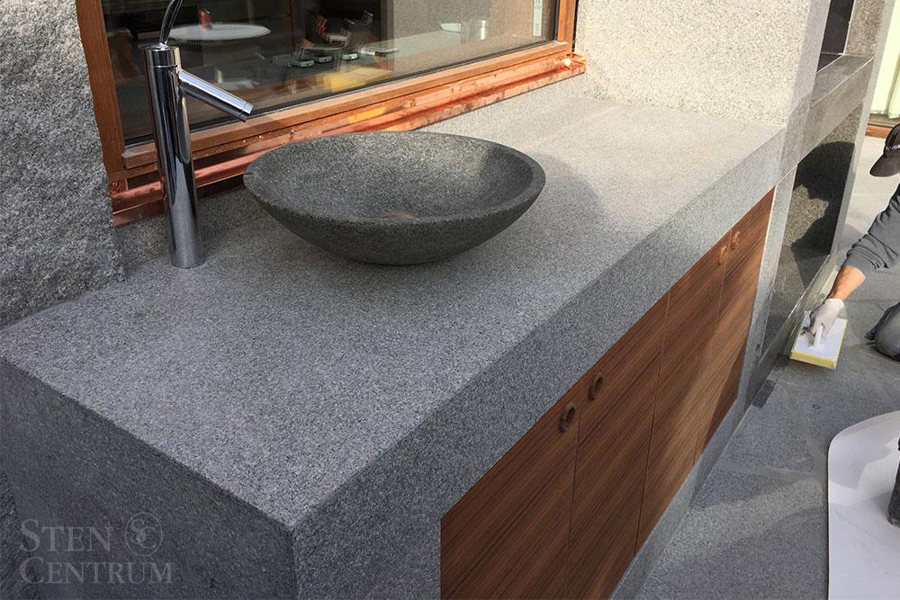 Utekök i bohusgranit med granitvask och kran från Axor