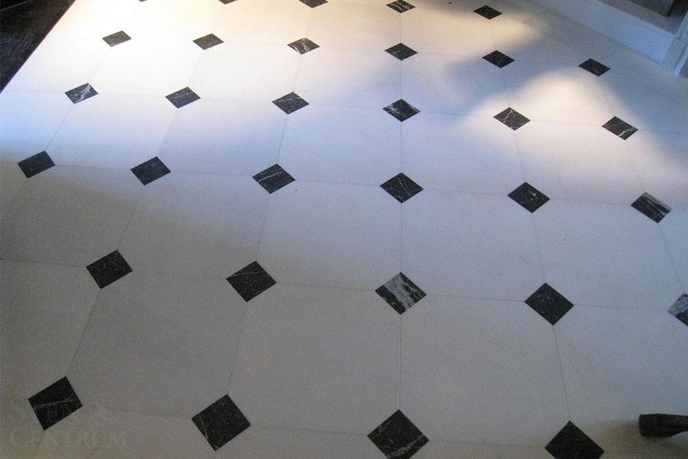 Vit och svart marmor med tossetter på golv