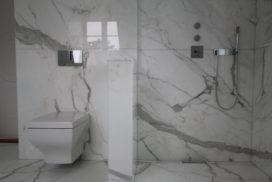 Badrum i vit marmor med mönsterpassning